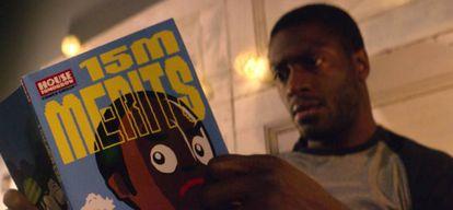 Uno de los personajes de 'Black Museum' (cuarta temporada) lee una novela gráfica de '15 millones de méritos' (primera temporada).