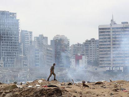 Un soldado camina por el centro de la explosión en el puerto de Beirut