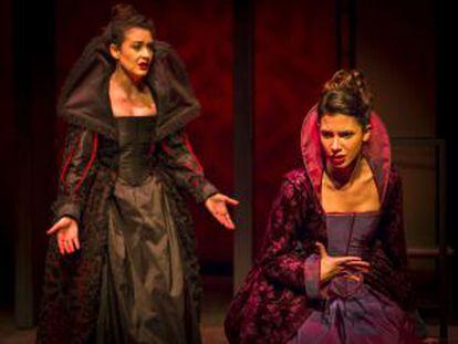 Natalia Huarte y Julia Barceló en un escena de 'La cortesía de España'.