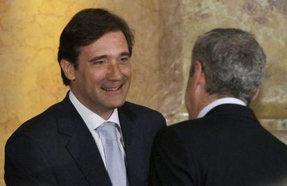 El nuevo primer ministro portugués Passos Coelho, estrecha la mano del exprimer ministro José Sócrates.