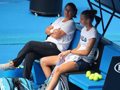Conchita Martínez charla con Pliskova durante un entrenamiento en Melbourne.