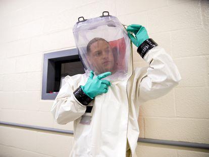 Un investigador se prepara para entrar en un laboratorio militar de alta seguridad en EE UU.
