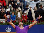 GRAF2202. BARCELONA, 25/04/2021.- El tenista español Rafael Nadal celebra la victoria ante el griego Stéfanos Tsitsipás, al término de la final del Open Banc Sabadell disputada este domingo en el Real Club de Tenis de Barcelona. EFE/Alejandro García