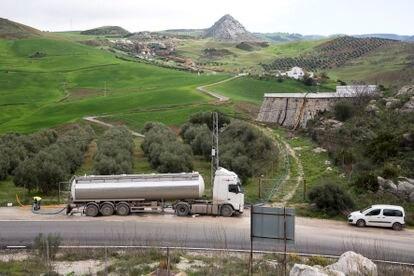 Uno de los camiones cisterna que surte de agua 24 horas al día al municipio.