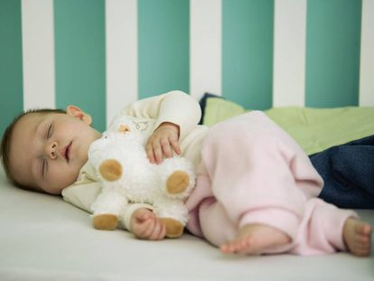 Un bebé dormido en su cuna.