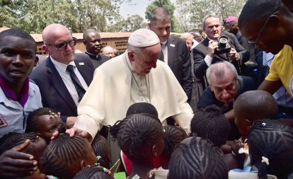 El Papa, con un grupo de niños en Bangui.