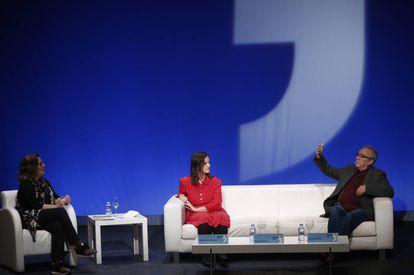 Montserrat Domínguez (izquierda), en el debate con Gabriela Ybarra y Juan José Millás.