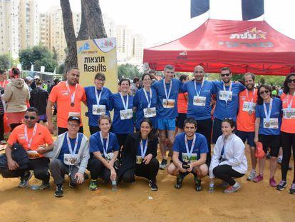 Israel Haas, de pie, en el centro (dorsal 34597), junto a su grupo de atletas palestinos e israelíes tras el maratón.