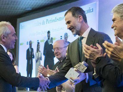 El director de EL PAÍS, Antonio Caño, en el centro, tras recibir de manos del Rey Felipe (a la izquierda) el Premio al Medio de Comunicación más Destacado de Iberoamérica, en presencia del ministro de Asuntos Exteriores, Alfonso Dastis.