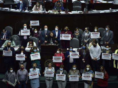 Diputados de la oposición protestan en el Congreso contra la eliminación de 109 fideicomisos