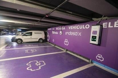 Un punto de recarga en uno de los aparcamientos de Parkia, en Madrid.