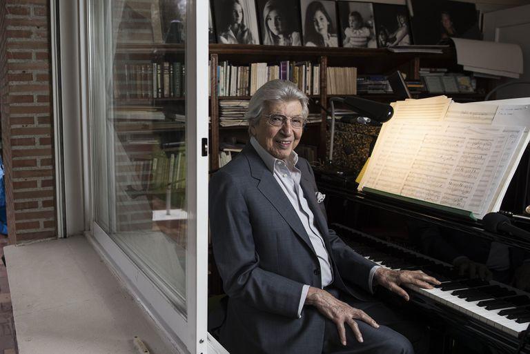 El compositor Manuel Alejandro, este jueves en su casa de La Moraleja, en Alcobendas (Madrid).