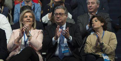 Desde la izquierda: la ministra de Empleo, Fátima Báñez, con el titular de Interior, Juan Ignacio Zoido, y la vicepresidenta, Soraya Sáenz de Santamaría