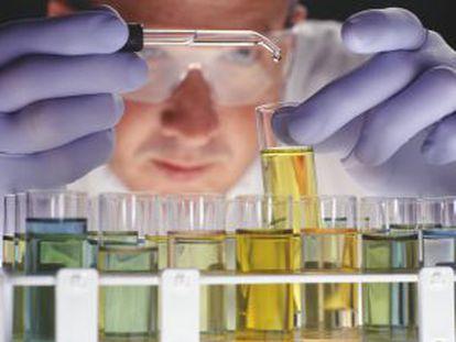 Un científico experimenta en un laboratorio.