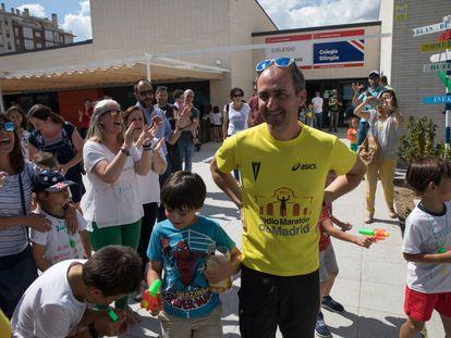 El director del colegio Blas de Lezo, Javier Montellano, recibe el cariño de los padres y alumnos.
