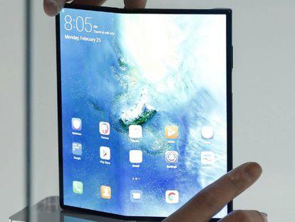 El móvil plegable de Huawei Mate X, en una vitrina.