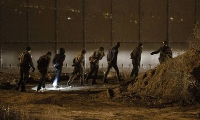Inmigrantes hondureños detenidos en EEUU tras saltar la valla en Tijuana.