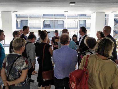 La delegación de 24 miembros del Ayuntamiento de Aarhus durante su visita de la semana pasada a los pisos de alquiler social de Carabanchel.