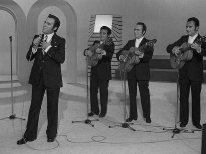 Manolo Escobar, acompañado por sus hermanos, durante la grabación de un programa de televisión.