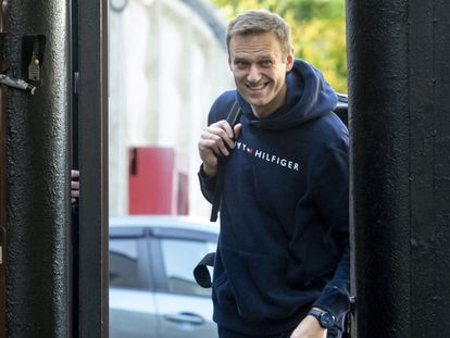 El líder opositor Alexéi Navalni saliendo de prisión este viernes en Moscú.