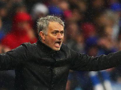 Mourinho gesticula durante el partido.