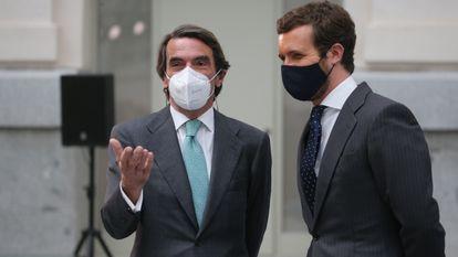El expresidente del Gobierno, José María Aznar, y el actual líder del PP, Pablo Casado, el pasado 15 de mayo durante un acto en el Ayuntamiento de Madrid.