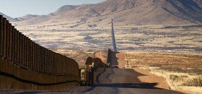 Muro levantado en Arizona (EEUU) para bloquear a los inmigrantes que llegan de México.