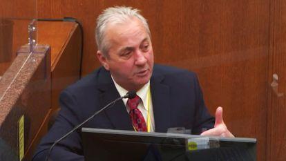 El teniente Richard Zimmerman testifica en el juicio contra Derek Chauvin por la muerte de George Floyd, este viernes en Minneapolis.