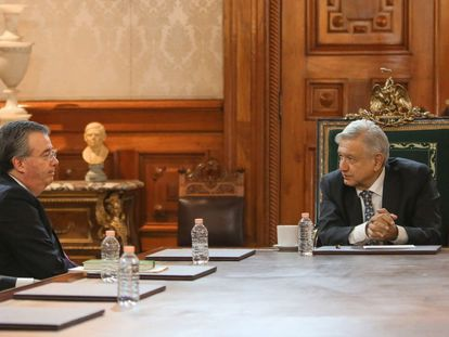 El presidente López Obrador (derecha) y el gobernador del Banco de México (izquierda), durante una reunión la semana pasada.