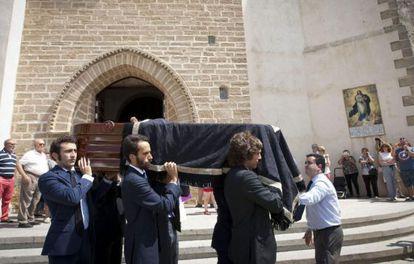 Los hijos de José María Ruiz-Mateos trasladan su féretro este martes en Rota.