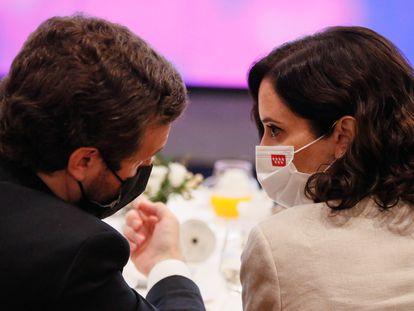 Pablo Casado e Isabel Díaz Ayuso, este martes durante el desayuno informativo protagonizado por José Luis Martínez-Almeida.