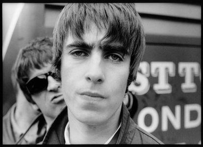 Liam Gallagher con su hermano Noel Gallagher detrás de él en Ámsterdam en 1994.