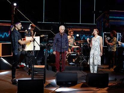 Kiko Veneno cantando su mítica canción 'Volando Voy' junto a Rodrigo Cuevas, Carlangas de Novedades Carminha y Anni B. Sweet.