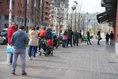 Cola a la entrada de un supermercado en Bilbao este sábado.