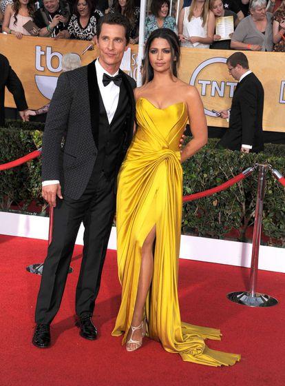 Camila Alves y Matthew McConaughey llegan a el auditorio Shrine el 18 de enero de 2014 en Los Ángeles.