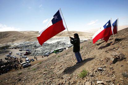 Uno de los 33 mineros ondea una bandera chilena en las inmediaciones de la mina San José.