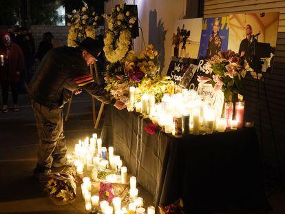 Un hombre enciende una vela durante una vigilia en recuerdo a Halyna Hutchins, el sábado por la noche en Burbank, California.
