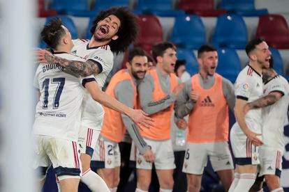 Aridane celebra con Budimir el 0-1 de Osasuna.