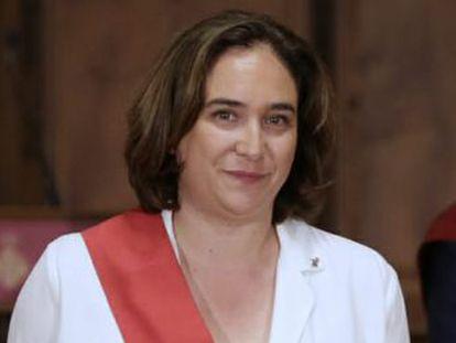 La investidura ha tenido lugar entre manifestaciones de apoyo a la regidora y protestas pidiendo la libertad del concejal encarcelado Joaquim Forn