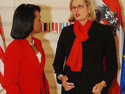 La secretaria de Estado de EE UU, Condoleezza Rice, y la ministra de Exteriores austriaca, Ursula Plassnik, en Viena.