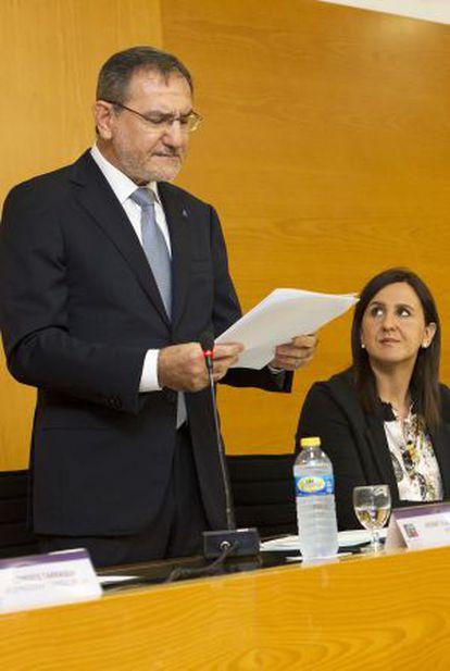 El rector de la Jaume I, Vicent Climent, ayer, con la consejera de Educación, María José Català.