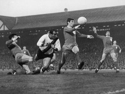 Mario Corso cabecea entre tres defensas del Liverpool en la ida de la semifinal de la Copa de Europa en mayo de 1965.