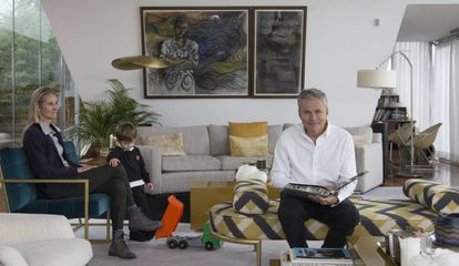 Martín Varsavsky junto a su esposa Nina Wiegand y su hijo Ben, en su domicilio de Madrid.
