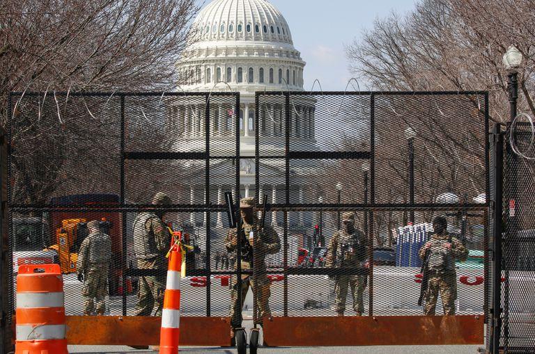 Miembros de la Guardia Nacional vigilan los alrededores de un Capitolio blindado, Washington.