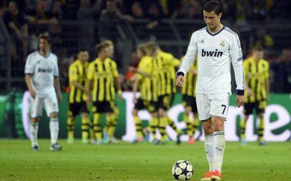 Cristiano, con la pelota tras uno de los goles del Borussia.