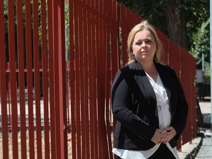 Carmen Morillas, Presidenta de la federación de asociaciones de padres Giner de los Ríos, junto a un colegio público de Leganés (Madrid).