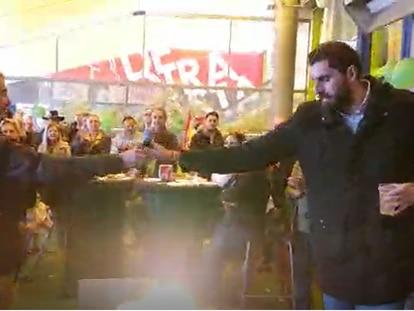 El constructor Gerardo de la Torre le pasa el micrófono al presidente de la gestora de Vox en Murcia José Ángel Antelo.