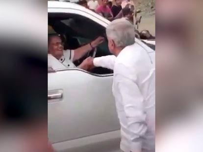 Captura de pantalla del momento donde el Presidente de México Andrés Manuel López Obrador saluda a la madre del narcotraficante Joaquín Guzmán Loera.