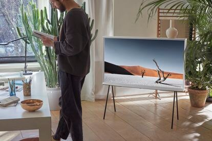 The Serif, un televisor para los amantes del diseño, hace gala de una cuidada y original estética.