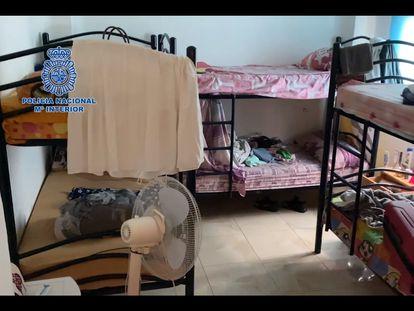 Dormitorio del piso de Granada donde residían las mujeres liberadas de la banda de trata.